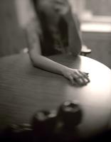 Woman eating apple with hand on table 20071010785  写真素材・ストックフォト・画像・イラスト素材 アマナイメージズ