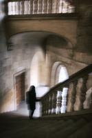 Woman standing at bottom of staircase 20071011384  写真素材・ストックフォト・画像・イラスト素材 アマナイメージズ