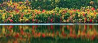 colorful autumn reflection in lake 20074000425| 写真素材・ストックフォト・画像・イラスト素材|アマナイメージズ
