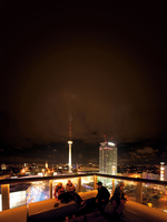 People on Club Week End rooftop and view of cityscape at night 20085001976  写真素材・ストックフォト・画像・イラスト素材 アマナイメージズ