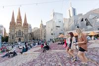 People at Federation Square, Flinders Street, Melbourne, Victoria, Australia 20085008872| 写真素材・ストックフォト・画像・イラスト素材|アマナイメージズ