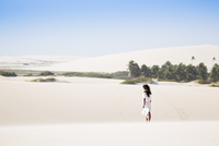South America, Brazil, Ceara, Jericoacoara, a young woman in the dunes at Jericoacoara (MR) 20088003304| 写真素材・ストックフォト・画像・イラスト素材|アマナイメージズ