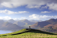 England, Cumbria, Keswick. A hiker with a view of the Western Fells in autumn. MR. 20088008808| 写真素材・ストックフォト・画像・イラスト素材|アマナイメージズ