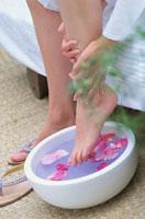 フットケアをする女性の足元 21001000169| 写真素材・ストックフォト・画像・イラスト素材|アマナイメージズ