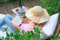 イスに座って本を読む女性
