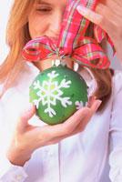 クリスマスの飾りを持つ女性