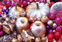 オーナメントと野菜のクリスマスデコレーション