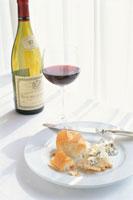 テーブルの上の赤ワインのグラスとパン