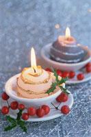 お皿の上のキャンドルと赤い実 21002000504| 写真素材・ストックフォト・画像・イラスト素材|アマナイメージズ