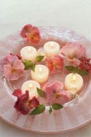 花で飾られたキャンドル