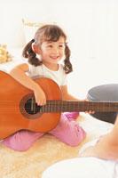 ギターを弾く女の子 21002000510| 写真素材・ストックフォト・画像・イラスト素材|アマナイメージズ
