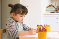 お絵かきをする女の子 21002000511| 写真素材・ストックフォト・画像・イラスト素材|アマナイメージズ