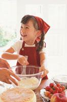 お菓子作りをする女の子 21002000513| 写真素材・ストックフォト・画像・イラスト素材|アマナイメージズ