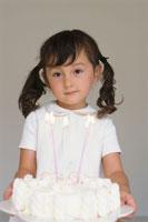 デコレーションケーキを持つ女の子 21002000514| 写真素材・ストックフォト・画像・イラスト素材|アマナイメージズ