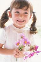 コスモスを持つ少女 21002000515| 写真素材・ストックフォト・画像・イラスト素材|アマナイメージズ