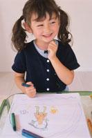 お絵描きをする女の子 21002000516| 写真素材・ストックフォト・画像・イラスト素材|アマナイメージズ