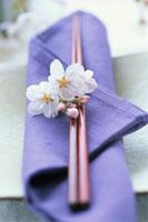 箸と桜の花びら