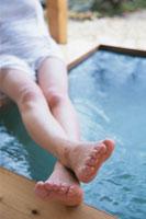 露天風呂と女性の足 21002000622| 写真素材・ストックフォト・画像・イラスト素材|アマナイメージズ