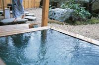 露天風呂と女性の足