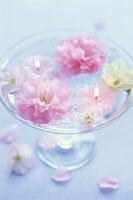 水に浮くキャンドルと花