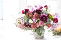 バラのフラワーアレンジメント 21002002879| 写真素材・ストックフォト・画像・イラスト素材|アマナイメージズ