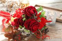 バラのフラワーアレンジメント 21002003298| 写真素材・ストックフォト・画像・イラスト素材|アマナイメージズ