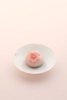 桃の和菓子 21002003761| 写真素材・ストックフォト・画像・イラスト素材|アマナイメージズ