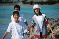 川岸の若者 21004000103| 写真素材・ストックフォト・画像・イラスト素材|アマナイメージズ