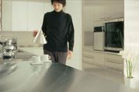 キッチンでコーヒーを注ぐ男性 21005000388| 写真素材・ストックフォト・画像・イラスト素材|アマナイメージズ