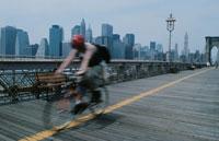 橋の上をバイクで走る人のシルエット
