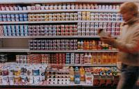 マーケットの中を歩く男性