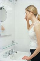 歯磨きする外国人女性