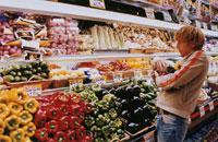 スーパーマーケットで買物をする男性