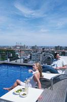 屋上のプールサイドの外国人カップル