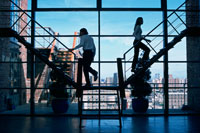 階段を上がる人越しのビルの風景 21005000516| 写真素材・ストックフォト・画像・イラスト素材|アマナイメージズ