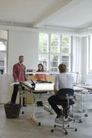 製図台と女性と2人の男性