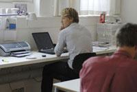 オフィスの2人の男性 21005000623| 写真素材・ストックフォト・画像・イラスト素材|アマナイメージズ