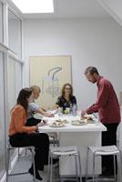 食事をする2人の女性と男性