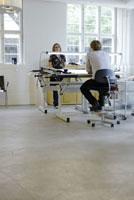 製図台と男性と女性 21005000671A| 写真素材・ストックフォト・画像・イラスト素材|アマナイメージズ