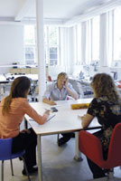 オフィスの男性と2人の女性 21005000685| 写真素材・ストックフォト・画像・イラスト素材|アマナイメージズ