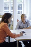 オフィスの女性と男性 21005000686| 写真素材・ストックフォト・画像・イラスト素材|アマナイメージズ