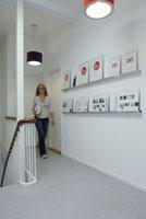 廊下を歩く女性 21005000691| 写真素材・ストックフォト・画像・イラスト素材|アマナイメージズ