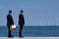 2人のビジネスマンと風車
