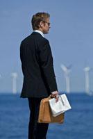 ビジネスマンと風車