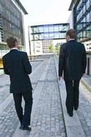 歩く2人のビジネスマン 21005000706| 写真素材・ストックフォト・画像・イラスト素材|アマナイメージズ
