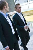 歩く2人のビジネスマン 21005000707B| 写真素材・ストックフォト・画像・イラスト素材|アマナイメージズ