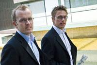 歩く2人のビジネスマン 21005000708A| 写真素材・ストックフォト・画像・イラスト素材|アマナイメージズ
