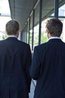 歩く2人のビジネスマン