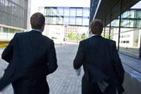 走る2人のビジネスマン
