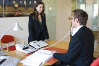 女性と電話を掛ける男性 21005000733| 写真素材・ストックフォト・画像・イラスト素材|アマナイメージズ